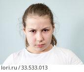 Злая девочка с нахмуренными бровями и сердитым взглядом. Стоковое фото, фотограф Кекяляйнен Андрей / Фотобанк Лори