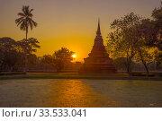 Закат в историческом парке города Сукхотай. Таиланд (2016 год). Стоковое фото, фотограф Виктор Карасев / Фотобанк Лори