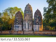 Три кхмерских пранга древнего буддистского храма Wat Si Sawai солнечным вечером. Сукхотай, Таиланд (2016 год). Стоковое фото, фотограф Виктор Карасев / Фотобанк Лори