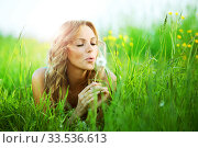 Girl blow at dandelion i wish. Стоковое фото, фотограф Иван Михайлов / Фотобанк Лори
