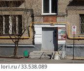 Купить «Подъезд. Пятиэтажный кирпичный жилой дом серии II-14, построен в 1960 году. Открытое шоссе, 24, корпус 37. Район Метрогородок. Город Москва», эксклюзивное фото № 33538089, снято 24 марта 2020 г. (c) lana1501 / Фотобанк Лори