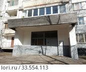 Купить «Подъезд. Шестнадцатиэтажный блочный жилой дом серии И-522а, построен в 1984 году. Камчатская улица, 3. Район Гольяново. Город Москва», эксклюзивное фото № 33554113, снято 12 апреля 2020 г. (c) lana1501 / Фотобанк Лори