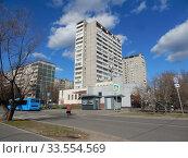 Купить «Шестнадцатиэтажный блочный жилой дом серии II-68-01, построен в 1976 году. Уссурийская улица, 1, корпус 1. Район Гольяново. Город Москва», эксклюзивное фото № 33554569, снято 12 апреля 2020 г. (c) lana1501 / Фотобанк Лори