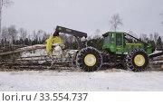 Купить «Механизированная вырубка леса. Трелевочный трактор John Deere 748H в работе. Mechanized felling clearing. John Deere 748H skidder at work.», видеоролик № 33554737, снято 14 апреля 2020 г. (c) Евгений Романов / Фотобанк Лори