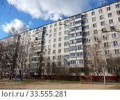 Купить «Девятиэтажный четырёхподъездный панельный жилой дом серии II-49Д, построен в 1973 году. Уссурийская улица, 1, корпус 4. Район Гольяново. Город Москва», эксклюзивное фото № 33555281, снято 12 апреля 2020 г. (c) lana1501 / Фотобанк Лори