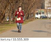 Купить «Пешеходы на улице в дни самоизоляции при коронавирусе Covid-19. Уссурийская улица. Район Гольяново. Город Москва», эксклюзивное фото № 33555309, снято 13 апреля 2020 г. (c) lana1501 / Фотобанк Лори
