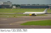 Купить «Traffic at Schiphol Airport», видеоролик № 33555781, снято 29 июля 2017 г. (c) Игорь Жоров / Фотобанк Лори
