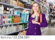 saleswoman offering modern hair care products in cosmetic shop. Стоковое фото, фотограф Яков Филимонов / Фотобанк Лори