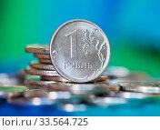 Купить «Российские деньги. Монета номиналом в 1 рубль среди других рублевых монеток на сине-зеленом фоне», фото № 33564725, снято 12 апреля 2020 г. (c) E. O. / Фотобанк Лори