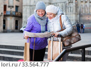 Elderly women tourists with city guide. Стоковое фото, фотограф Яков Филимонов / Фотобанк Лори