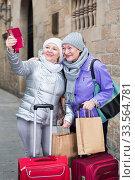 Senior ladies making selfie outdoors. Стоковое фото, фотограф Яков Филимонов / Фотобанк Лори