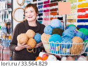 Senior female choosing colorful yarn in shop. Стоковое фото, фотограф Яков Филимонов / Фотобанк Лори