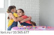 Две девочки играют в настольные игры и обняли друг друга. Стоковое видео, видеограф Иванов Алексей / Фотобанк Лори