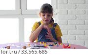 Девочка одна дома играет в настольные игры. Стоковое видео, видеограф Иванов Алексей / Фотобанк Лори