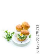 Купить «Homemade bun with cheese spread, fresh arugula and boiled egg in a plate», фото № 33570793, снято 17 апреля 2020 г. (c) Peredniankina / Фотобанк Лори