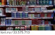 Купить «Shelves with toothpaste in the supermarket», видеоролик № 33575713, снято 7 ноября 2019 г. (c) Яков Филимонов / Фотобанк Лори