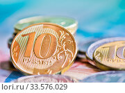 Деньги. Российские рубли. Монеты разного номинала на фоне банкнот. Стоковое фото, фотограф E. O. / Фотобанк Лори