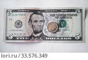 Купить «Пятидолларовая купюра и российский рубль», фото № 33576349, снято 12 апреля 2020 г. (c) Victoria Demidova / Фотобанк Лори