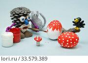 Купить «Игрушки. Лесовик и кот красят яйца», эксклюзивное фото № 33579389, снято 18 апреля 2020 г. (c) Dmitry29 / Фотобанк Лори