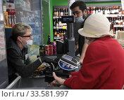 Купить «Балашиха, пожилая женщина закупает продукты в дни пандемии коронавируса COVID-19», эксклюзивное фото № 33581997, снято 10 апреля 2020 г. (c) Дмитрий Неумоин / Фотобанк Лори