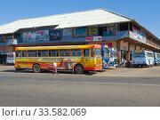 Солнечный день у здания городской автостанции. Матара, Шри-Ланка. Редакционное фото, фотограф Виктор Карасев / Фотобанк Лори