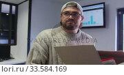 Купить «Caucasian man carrying cardboard box in creative office», видеоролик № 33584169, снято 6 июня 2019 г. (c) Wavebreak Media / Фотобанк Лори