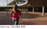Купить «Caucasian woman running under a bridge», видеоролик № 33584305, снято 9 апреля 2019 г. (c) Wavebreak Media / Фотобанк Лори