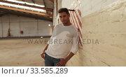 Купить «Male dancer in an empty warehouse», видеоролик № 33585289, снято 12 июля 2019 г. (c) Wavebreak Media / Фотобанк Лори