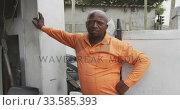 African man leaning on the wall. Стоковое видео, агентство Wavebreak Media / Фотобанк Лори