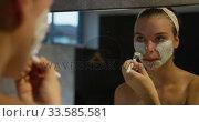 Caucasian woman putting on face mask in hotel. Стоковое видео, агентство Wavebreak Media / Фотобанк Лори