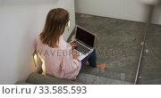 Caucasian woman using laptop in hotel. Стоковое видео, агентство Wavebreak Media / Фотобанк Лори