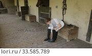 Caucasian woman putting on her boots. Стоковое видео, агентство Wavebreak Media / Фотобанк Лори