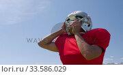 American football player putting on his helmet. Стоковое видео, агентство Wavebreak Media / Фотобанк Лори