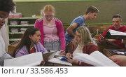 Students working together in high school class. Стоковое видео, агентство Wavebreak Media / Фотобанк Лори