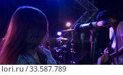 Female musician singing during a concert. Стоковое видео, агентство Wavebreak Media / Фотобанк Лори