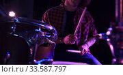 Musician performing during a concert. Стоковое видео, агентство Wavebreak Media / Фотобанк Лори