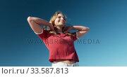 Woman standing on the beach. Стоковое видео, агентство Wavebreak Media / Фотобанк Лори