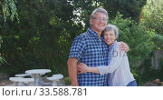 Senior couple embracing each other in the garden. Стоковое видео, агентство Wavebreak Media / Фотобанк Лори