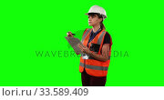 Front view of a site forewoman counting with green screen. Стоковое видео, агентство Wavebreak Media / Фотобанк Лори