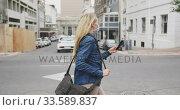 Купить «SIde view of Caucasian woman on the go wearing a coronavirus Covid19 mask», видеоролик № 33589837, снято 12 марта 2020 г. (c) Wavebreak Media / Фотобанк Лори