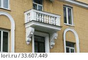 Купить «Белый балкон с балясинами», фото № 33607449, снято 29 июня 2019 г. (c) Марина Шатерова / Фотобанк Лори