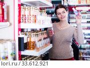 Customer looking for best perfume. Стоковое фото, фотограф Яков Филимонов / Фотобанк Лори