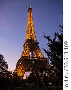 Eiffel Tower on sunset sky background (2018 год). Редакционное фото, фотограф Яков Филимонов / Фотобанк Лори