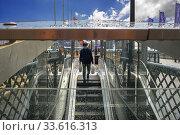 People walking across Pyrmont Bridge, Darling Harbour, Sydney, New South Wales, Australia. Стоковое фото, фотограф Sergi Reboredo / age Fotostock / Фотобанк Лори