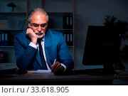 Купить «Old employee working late in the office», фото № 33618905, снято 4 июля 2020 г. (c) easy Fotostock / Фотобанк Лори