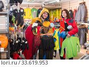 Buyers show purchased in a sportswear store. Стоковое фото, фотограф Яков Филимонов / Фотобанк Лори