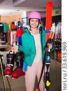 Nice girl in skiing outfit satisfied with choice. Стоковое фото, фотограф Яков Филимонов / Фотобанк Лори