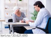 Купить «Young male doctor and female oncology patient», фото № 33621693, снято 5 апреля 2019 г. (c) Elnur / Фотобанк Лори
