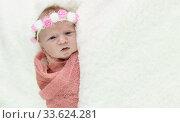 Маленькая месячная девочка в розовой пеленке и цветочном ободке. Место для текста. Стоковое фото, фотограф Наталья Гармашева / Фотобанк Лори