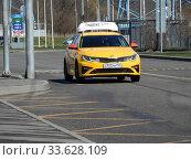 """Желтый автомобиль """"Яндекс. Такси"""" едет по Хабаровской улице. Район Гольяново. Город Москва. Редакционное фото, фотограф lana1501 / Фотобанк Лори"""